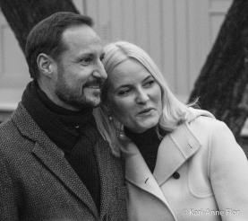Kronprins Haakon og kronprinsesse Mette-Marit har et romantisk øyeblikk i slottsparken.