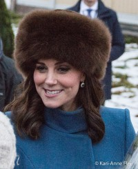 Hertuginne Kate i brun pelslue.