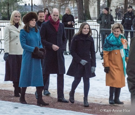 Kronprinsesse Mette-Marit, kronprins Haakon, hertuginne Kate, prins William, dronning Sonja og prinsesse Ingrid Alexandra i slottsparken.