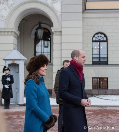 Hertuginne Kate og prins William foran det kongelige slott i Oslo.