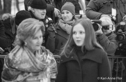 Dronning Sonja og prinsesse Ingrid Alexandra med hoffreporter Kjell Arne Totland og TV2-reporter i bakgrunnen.