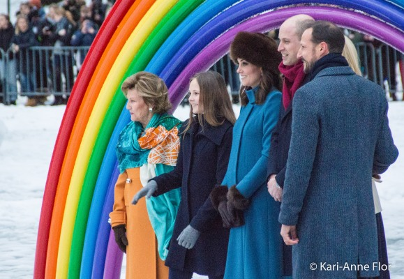 Kronprinsesse Mette-Marit, kronprins Haakon, hertuginne Kate, prins William, dronning Sonja og prinsesse Ingrid Alexandra under regnbuen i slottsparken.
