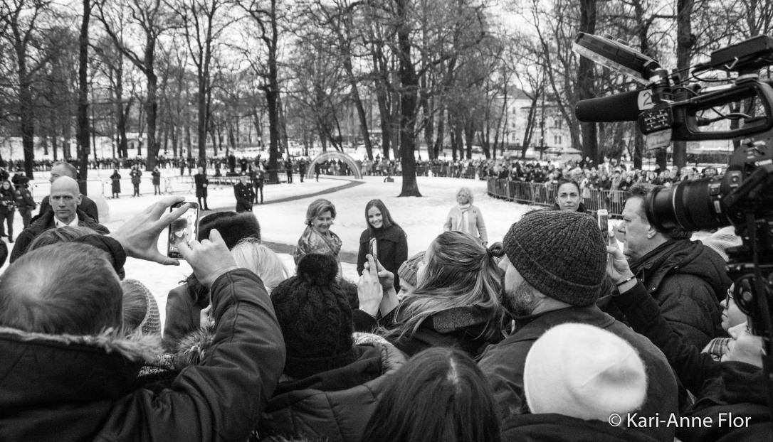 Dronning Sonja og prinsesse Ingrid Alexandra blir fotografert i Slottsparken