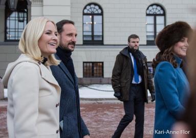 Kronprinsesse Mette-Marit, kronprins Haakon og hertuginne Kate foran det kongelige slott i Oslo.