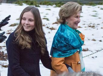 Prinsesse Ingrid Alexandra og dronning Sonja arm i arm i slottsparken.