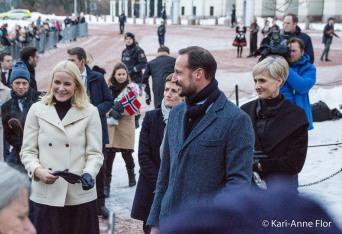 Kronprinsparet ute blant folk i slottsparken.