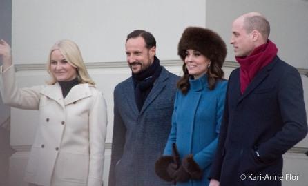 Kronprinsesse Mette-Marit, kronprins Haakon, hertuginne Kate og prins William foran det kongelige slott i Oslo.